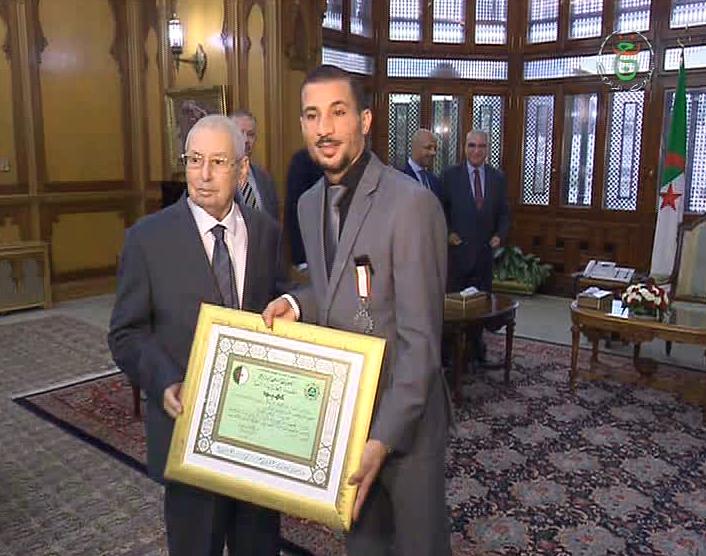 Photo of رئيس الدولة يسدي البطل مخلوفي وسام بدرجة عهيد من مصف الاستحقاق الوطني