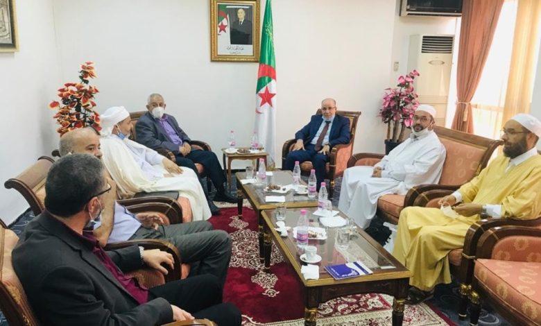 Photo of وزير الشؤون الدينية يتباحث مع أعضاء لجنة الفتوى بعض القضايا الدينية في الوضع الراهن