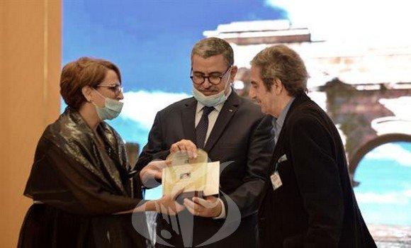 Photo of الوزير الأول عبد العزيز جراد يكّرم فنانين ومثقفين