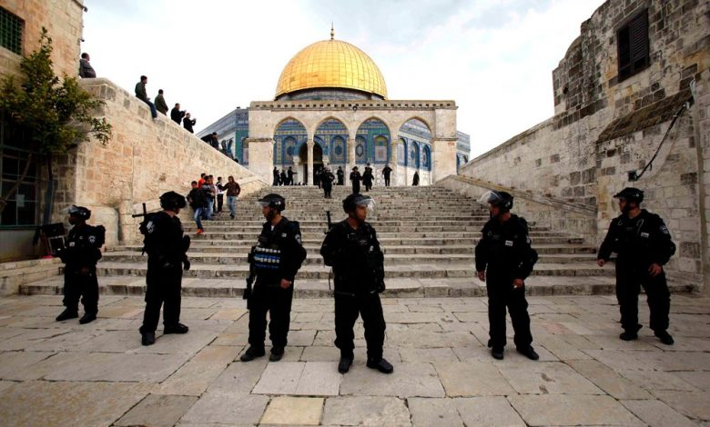 Photo of أكثر من مائتي مستوطن يقتحمون باحات المسجد الأقصى